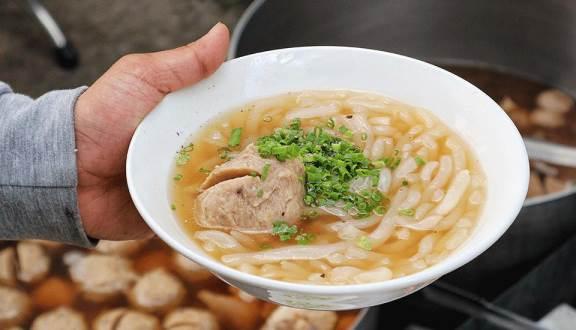 """""""Chén sạch"""" những quán ăn vặt rẻ """"zách số"""" nổi tiếng ở quận 1 (bánh canh bò viên Nguyễn Văn Nguyễn)"""