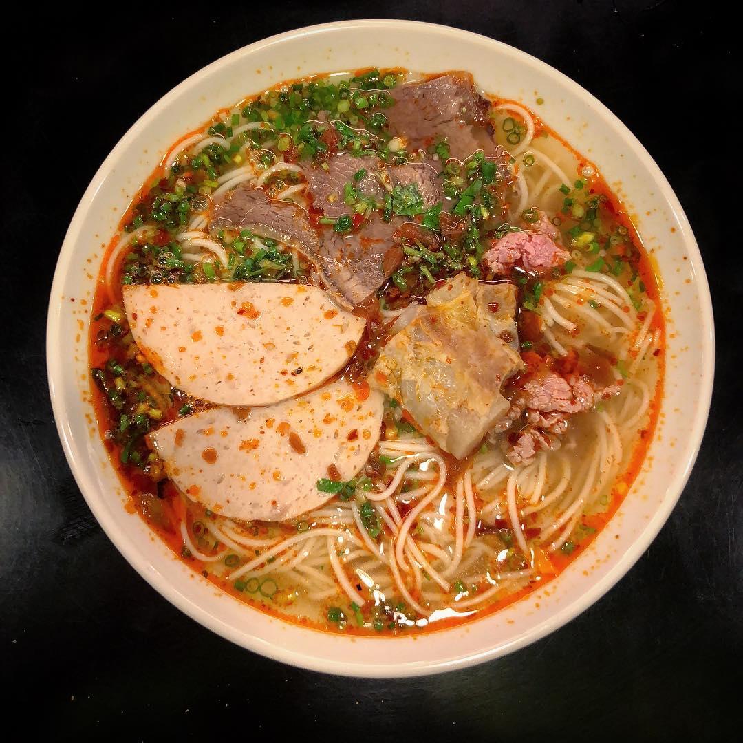 Chìm đắm trong những món ăn vặt siêu ngon ở quận 8 (Bún bò Huế Minh Sơn)