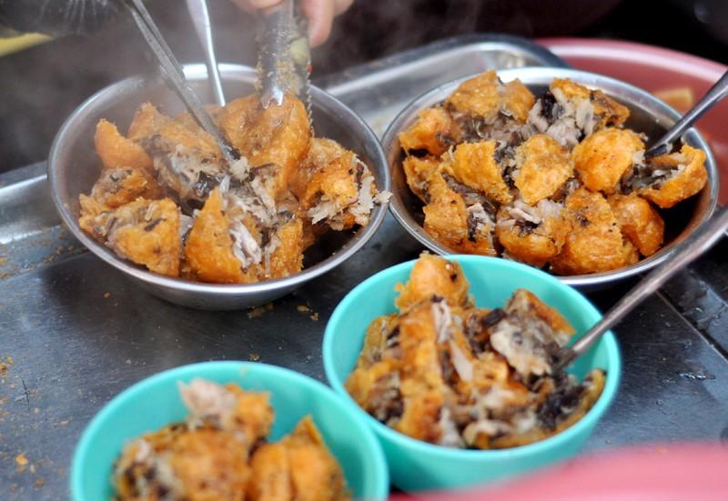 Khám phá ngay 10 địa điểm ăn vặt nức tiếng ngay phố cổ Hà Nội (bánh gối)