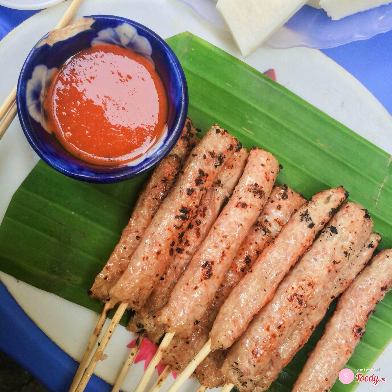 Khám phá ngay 10 địa điểm ăn vặt nức tiếng ngay phố cổ Hà Nội (nem chua nướng)