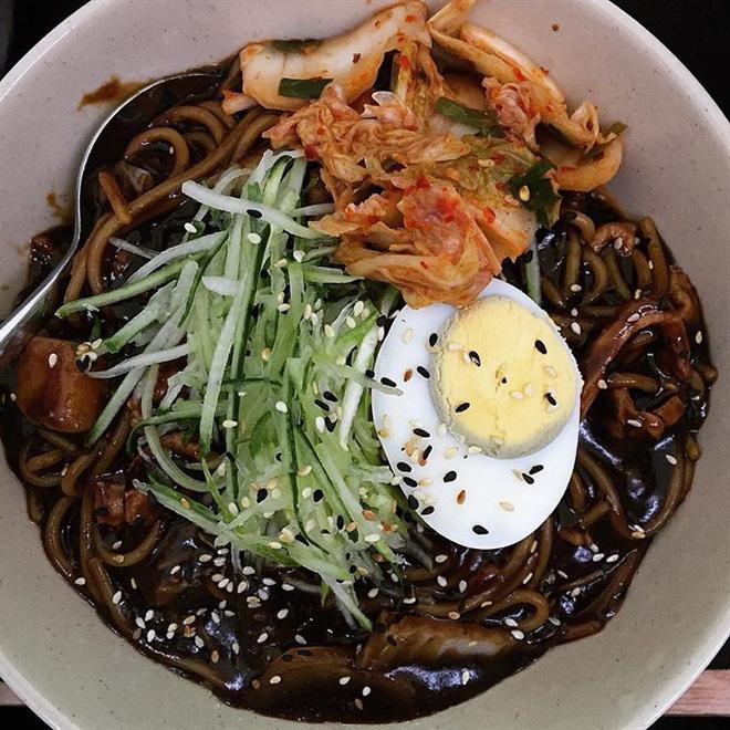 Những món ăn vặt Hàn Quốc chỉ nhìn thôi cũng đã muốn bay ngay qua Hàn (Mỳ tương đen)