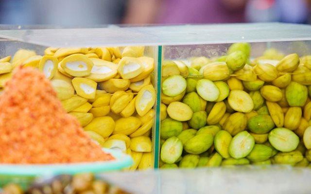 Những món ăn vặt không thể phù hợp hơn cho dân văn phòng (trái cây ngâm chua)