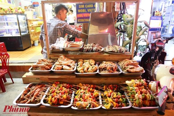 """""""Xuyên đêm"""" không lo đói với những món ăn vặt đêm ở Sài Gòn (Ăn đêm phố tây Bùi Viện)"""