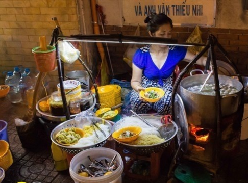 """""""Xuyên đêm"""" không lo đói với những món ăn vặt đêm ở Sài Gòn (bánh canh đêm Nguyễn Thái Học)"""