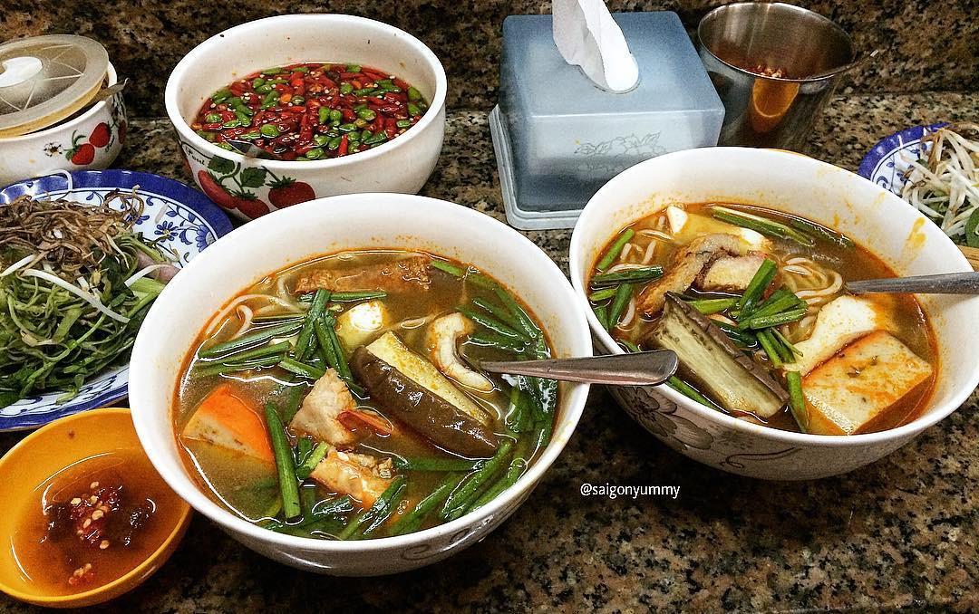 Điểm danh các địa điểm ăn uống Sài Gòn về đêm (Bún mắm Tài, chợ Bà Chiểu)